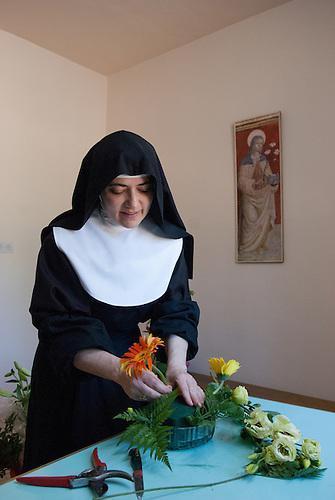 Jerusalem, mai 2011. Monastere des Clarisses de Jerusalem. Une soeur prepare un bouquet de fleurs.