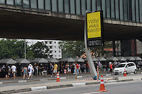 SAO PAULO, 05 DE MAIO DE 2013 - NOVOS RELOGIOS AVENIDA PAULISTA - Novo relógio termometro é visto na Avenida Paulista, altura do Masp, na tarde deste sábado, 05. Os novos relógios devem ser instalados ao longo do mes de maio em outros pontos da cidade.  (FOTO: ALEXANDRE MOREIRA / BRAZIL PHOTO PRESS)
