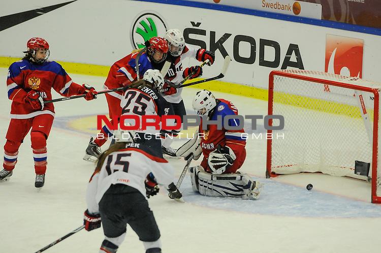 31.03.2015, Malm&ouml; Ishall, Malm&ouml; , SWE, IIHF Eishockey Frauen WM 2015, USA  vs Russland (RUS), im Bild, Tor zum 7:2 durch Alex CARPENTER (#25, USA), Valeria TARAKANOVA (#1, RUS)<br /> <br /> <br /> ***** Attention nur f&uuml;r redaktionelle Berichterstattung *****<br /> <br /> Foto &copy; nordphoto / Hafner
