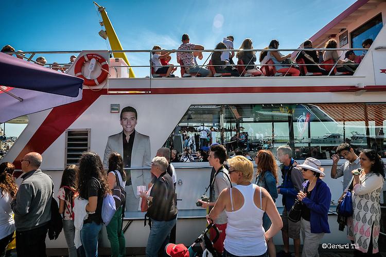 Nederland,Volendam, 05-08-2015  Tourists during the summer holiday in the historical part of Volendam. Ferry for Marken is boarding.FOTO: Gerard Til / Hollandse Hoogte.