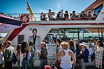 Nederland,Volendam, 05-08-2015  Tourists during the summer holiday in the historical part of Volendam. Ferry for Marken is boarding.FOTO: Gerard Til / Hollandse Hoogte.