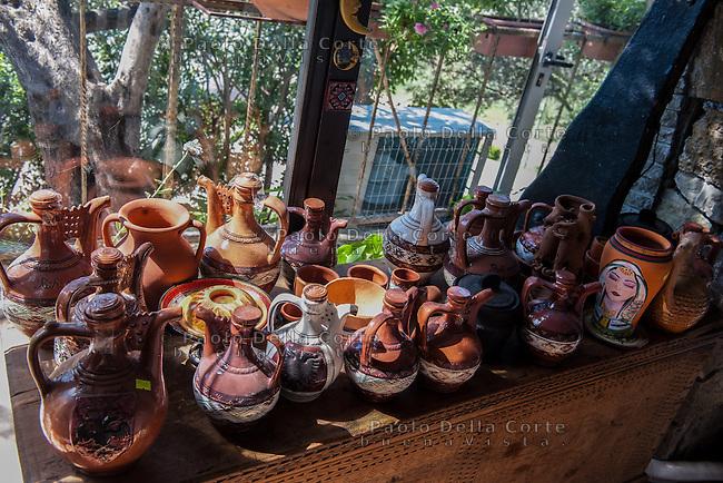 Fishtë (Albania) - Ristorante Mrizi i Zanave. Il ristorante. Vasellame, citole e terracotte che possono essere acquistate.