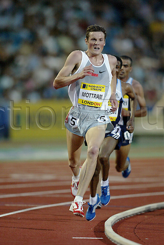 July 30 2004: Australian runner CRAIG MOTTRAM (AUS) leads going into the last lap in the men's 5000m at the Norwich Union London Grand Prix at Crystal Palace. Photo: Neil Tingle/Action Plus...athlete 040730 track and field distance