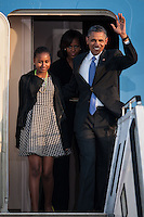 Berlin, der US-amerikanische Praesident Barack Obama, seine Frau Michelle (hinten) und seine Tochter Sasha am Dienstag (18.06.13) am Flughafen Tegel bei der Ankunft in Berlin vor einem Flugzeug der US-Airforce. Foto: Maja Hitij/CommonLens