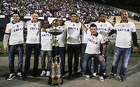 SAO PAULO, SP, 25 MAIO 2013 - CAMPEONATO BRASILEIRO - CORINTHIANS X BOTAFOGO - Parte do elenco de jogadores Camepão Brasileiro em 1990 pelo Corinthians exibe o trofeu no intervalo da partida contra o Botafogo pela primeira rodada do Campeonato Brasileiro no Estadio Paulo Machado de Carvalho, o Pacaembu em São Paulo, neste sabado, 25. (FOTO: WILLIAM VOLCOV / BRAZIL PHOTO PRESS).