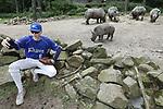Foto: VidiPhoto<br /> <br /> ARNHEM &ndash; Voor een selectie van het juniorenteam van ESCA Arnhem Rhinos was het vrijdag een unieke ervaring. De honkballertjes mochten op de safarivlakte van Burgers&rsquo; Zoo in Arnhem van dichtbij kennismaken met hun naamgenoten, de breedlipneushoorns. De Arnhem Rhinos bestaan dit jaar vijftig jaar, maar met de aanwas van nieuwe leden wil het niet zo lukken. Daarom wilde de club als een promotiestunt een fotosessie tussen echte neushoorns. Bij hoge uitzondering wilde Burgers&rsquo; Zoo hier wel aan meewerken en zo mocht een deel van de spelers op een veilige plek tussen de rotsblokken kennismaken met de echte neushoorns. Volgens een woordvoerder van de Arnhemse dierentuin zijn breedlipneushoorns niet agressie en was de fotosessie, mede gezien de extra veiligheidsmaatregelen dan ook niet gevaarlijk. Vrijdag werd ook bekend dat een bezoekje aan de dierentuin steeds duurder wordt. Desondanks groeiden de bezoekersaantallen de afgelopen vier jaar met 11 procent.