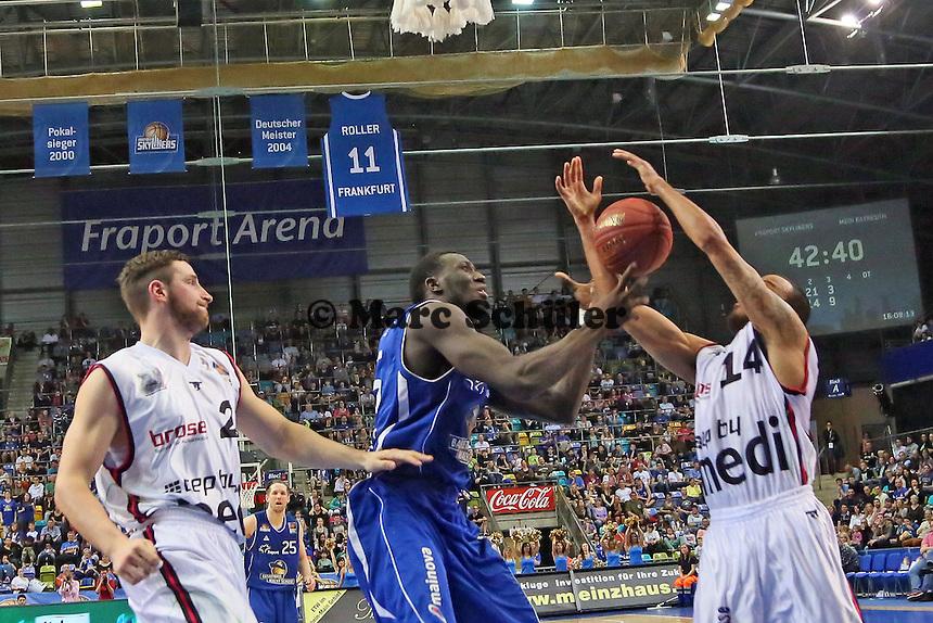 Aziz N'Diaye (Skyliners) holt sich den Rebound - Fraport Skyliners vs. medi Bayreuth, Fraport Arena Frankfurt