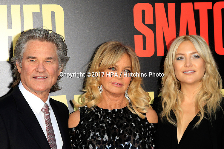 """LOS ANGELES - MAY 10:  Kurt Russell, Goldie Hawn, Kate Hudson at the """"Snatched"""" World Premiere at the Village Theater on May 10, 2017 in Westwood, CA"""