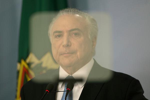 -FOTODELDIA- BRA143. BRASILIA (BRASIL), 02/08/2017.- El presidente de Brasil, Michel Temer, habla sobre el archivo del proceso de corrupción que tramitaba en la Cámara de los Diputados este miércoles 2 de agosto de 2017, en la ciudad de Brasilia (Brasilia). Temer se libró hoy del juicio penal que amenazaba su mandato con la fuerza que conserva su menguada base política, que se impuso en la Cámara baja para archivar los cargos de corrupción que formuló la Fiscalía. EFE/Joédson Alves
