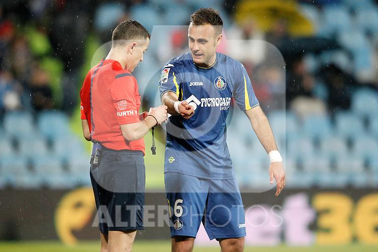 Getafe's Juan Cala have words with the referee Iglesias Villanueva during La Liga match. March 18,2016. (ALTERPHOTOS/Acero)