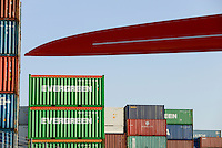 GERMANY Hamburg, port, container and rotor blade ofNordex wind turbine s/ DEUTSCHLAND Hamburg, hafen, Container und Rotorblatt einer Nordex Windkraftanlage