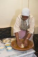 Afrique/Afrique du Nord/Maroc/Rabat: une femme de la médina prepare le pain traditionnel
