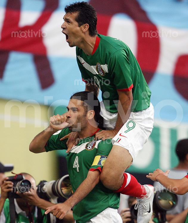 Fussball WM 2006  Gruppenspiel Achtelfinale  Argentinien - Mexiko Jared Borgetti (oben) bejubelt das Tor zum 0:1 mit dem Torschuetzen Rafael Marquez (beide MEX)