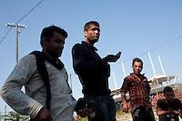 Grecia, Patrasso 2011: rifugiati afghani in un improvvisato campo in una stazione ferroviaria abbandonata. Ritratto di quattro giovani uomini.Grece ville de Patras  2011 - refugies afghans dans une gare abandonnee