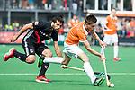 BLOEMENDAAL   - Hockey - Thierry Brinkman (Bldaal) met Valentin Verga (A'dam)   . 3e en beslissende  wedstrijd halve finale Play Offs heren. Bloemendaal-Amsterdam (0-3). Amsterdam plaats zich voor de finale.  COPYRIGHT KOEN SUYK