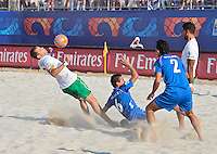 RAVENNA, ITALIA, 11 DE SETEMBRO DE 2011 - COPA DO MUNDO BEACH SOCCER - Majder (e) jogador de Portugal, durante lance de partida contra a os jogadores Elias Ramirez (c) e ALvarado (d) da seleção de El Salvador em jogo valido pela disputa do terceiro lugar, da Copa do Mundo de Beach Soccer, no Stadium Del Mare em Ravenna na Italia, neste domingo (11). FOTO: VANESSA CARVALHO - NEWS FREE.