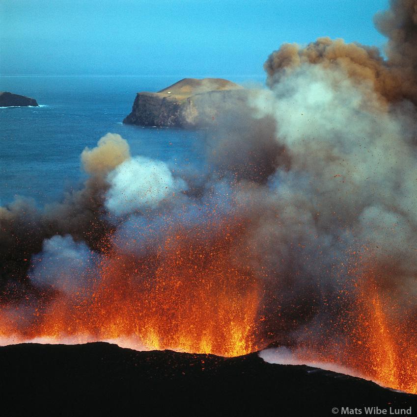 Heimaeygosið á fyrsta degi 23.1.1973 - myndað ofan ur Helgafell, Vestmnannaeyjar / Heimaey eruption 1973 photographed from the slopes of old volcano Helgafell which has been sleeping for 6000 years!. Vestmannaeyjar.