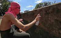 SAO PAULO, SP, 23.08.2013 - BEIJAÇO  CONTRA LEIS HOMOFOBICAS APROVADAS NA RUSSIA - Manifestante realizam beijaço em frente a embaixada da Russia em São Paulo, no bairro de Pinheiros regiao oeste de São Paulo, nesta sexta-feira, 23. O ato é contra as recentesleis homofóbicas aprovadas na Rússia- organizado em embaixadas e consulados do país em diversas partes do mundo. (Foto: William Volcov / Brazil Photo Press).
