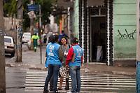 SAO PAULO, SP, 11 DE JANEIRO DE 2012 - CRACOLANDIA -Agentes de saude sao vistos abordando usuarios sao vistos na esquina da rua Helvetia com Aleameda Dino Bueno, zona central da cidade, no inicio da tarde desta quarta-feira(11). Foto Ricardo Lou - News Free