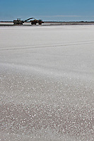 Europe/France/Provence-Alpes-Côte d'Azur/13/Bouches-du-Rhône/Env d'Arles/Salins-de-Giraud: Exploitation du sel : le groupe des Salins du Midi exploite des marais salants qui produisent environ un million de tonnes de chlorure de sodium par an.
