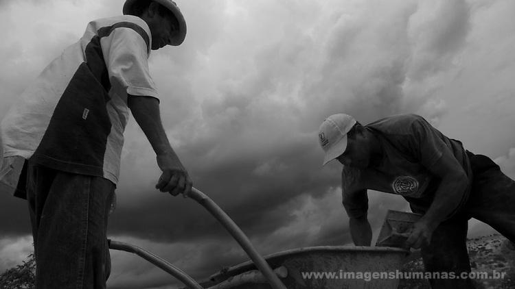 Comunidade de Jerusalém, município de Rubim na região do baixo Jequitinhonha, Norte de Minas Gerais. Nessa região é possível encontrar três tipos de biomas: caatinga, cerrado e mata atlântica. A ASA Brasil, Articulação no Semiárido Brasileiro, tem implementado em diversas comunidades no Norte de Minas o Programa Uma Terra e Duas Águas (P1+2) e o Programa Um Milhão de Cisternas (P1MC) que tem como objetivo viabilizar a captação e armazenamento de água de chuva nessas comunidades para consumo humano, criação de animais e produção de alimentos. Entre os parceiros para implementação dos projetos tem destaque na região a Cáritas Diocesana de Almenara.Mutirão para construção de calçadão, também conhecido como terreirão. Cláudio Soares Alves e Adelson Pereira da Cruz.