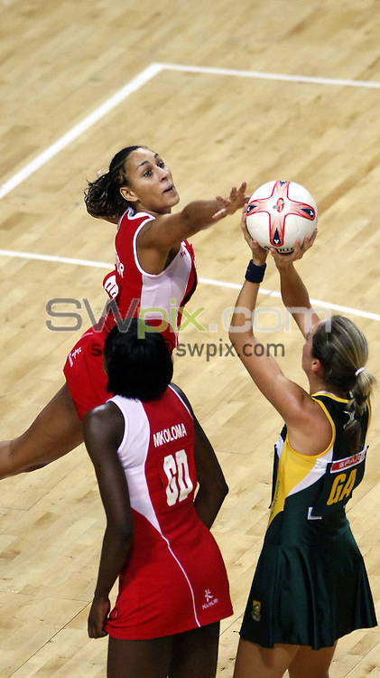 PICTURE BY SIMON WILKINSON/SWPIX.COM -  Netball - International Test - England v South Africa - Manchester Evening News Arena, Manchester, England - 25/01/07...Copyright - Simon Wilkinson - 07811 267706...England's Geva Mentor, Sonia Mkoloma and South Africa's Annari Store.