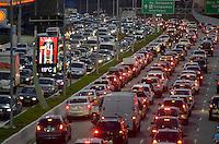 SÃO PAULO, SP, 30.05.2014 – TRÂNSITO EM SÃO PAULO: Trânsito na Av. 23 de Maio, próximo ao Parque do Ibirapuera, zona sul de São Paulo na tarde desta sexta feira. (Foto: Levi Bianco / Brazil Photo Press).