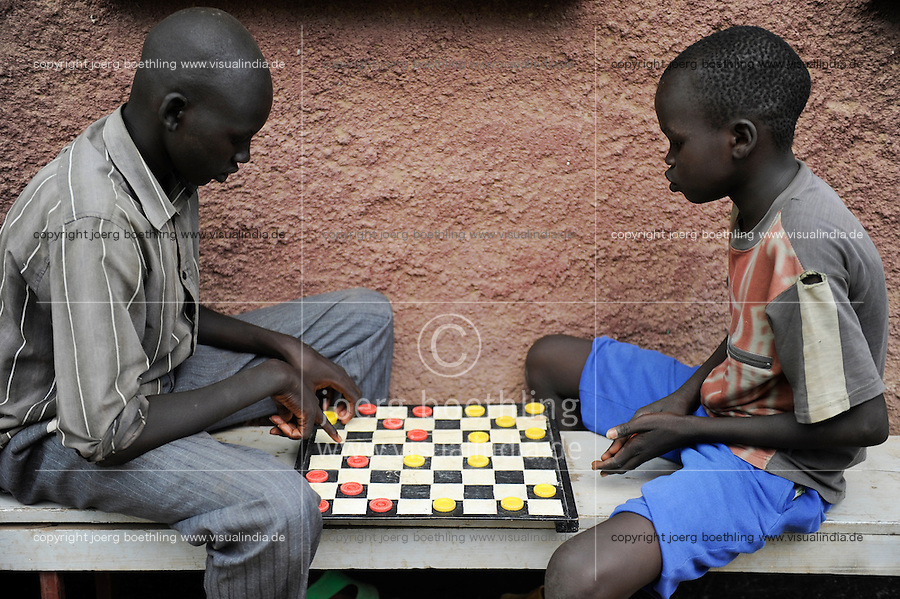 KENIA Fluechtlingslager Kakuma in der Turkana Region , hier werden ca. 80.000 Fluechtlinge vom UNHCR versorgt, Brettspiel / KENYA Turkana Region, refugee camp Kakuma, where 80.000 refugees receive shelter and food from UNHCR, playing board game