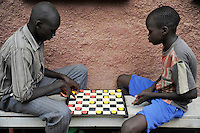 KENIA Fluechtlingslager Kakuma in der Turkana Region , hier werden ca. 80.000 Fluechtlinge vom UNHCR versorgt, Brettspiel / KENYA Turkana Region, refugee camp Kakuma, where 80.000 refugees receive shelter and food from UNHCR, playing board game