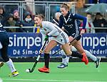 AMSTELVEEN - Marijn Veen (A'dam) met Anouk Lambers (Pin)     tijdens de hoofdklasse competitiewedstrijd dames, Pinoke-Amsterdam (3-4). COPYRIGHT KOEN SUYK
