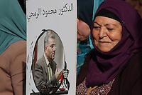 """PALESTINA, Ramallah, 05.06.2014 -  Mulheres palestinas parentes de presos detém cartazes durante manifestação em solidariedade com prisioneiros palestinos em prisões israelenses na cidade de Ramallah, Cisjordânia em 5 de junho de 2014 Mais de 120 palestinos presos sem julgamento em Israel têm sido em um em aberto greve de fome, comendo apenas água salgada e beber, desde 24 de abril para exigir o fim da chamada """"detenção administrativa"""". (Foto: Abdalkarim Museitef / Brasil Foto Press)"""