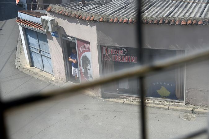 Friseur mit kosovarischer Flagge im Schaufenster im Zentrum von Prizren / Serbische Reisegruppe in serbischen Enklaven im Kosovo, mitorganisiert von Branka Krneta, einer25-jährigen Serbin. Sie fahren an historisch serbisch dominierte Orte. Die Teilnehmer stehen meist der nationalistischen Organisation Kosmet nahe und sehen Kosovo als Teil Serbiens.