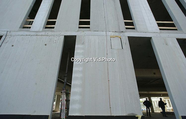 Foto: VidiPhoto..APELDOORN - Als een grote grijze betonnen moloch verrijst bij het Centraal Station in Apeldoorn een nieuw pand van de Belastingdienst. Op dit moment bevindt de Belastingdienst zich nog op meer dan tien locaties in Apeldoorn. Dat worden er straks drie. De Motorrijtuigenbelasting en de dienst die de particuliere aangiften afhandelt komen in dit gebouw bij het Centraal Station. Eind 2003 moet het vijf lagen tellende gebouw, met daarin zo'n 13.575 vierkante meter aan kantoorruimte klaar zijn. Bouwer is Heijmans IBC Bouw uit Elst.
