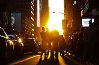 NEW YORK, NY, 01.06.2017 - CLIMA-NEW YORK - Por do sol visto a partir da rua 42 em Manhattan conhecido com o fenômeno Manhattanhenge que é o nome dado a um evento que ocorre ao pôr do sol quando o Sol está alinhado com as ruas dispostas na grelha regular de Manhattan, Nova Iorque. O fenómeno ocorre duas vezes por ano, em datas espaçadas igualmente em relação ao solstício de verão.(Foto: Vanessa Carvalho/Brazil Photo Press)