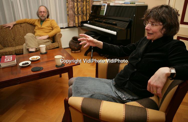 Foto: VidiPhoto..EDE - Redacteuren Gerda van de Haar en Henk Knol van het christelijk-literaire tijdschrift Liter.