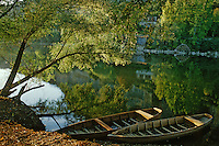 Europe/France/Aquitaine/24/Dordogne/Vallée de la Dordogne/Périgord Noir/Beynac-et-Cazenac: Les bords de la Dordogne - barque de pêcheur au premier plan