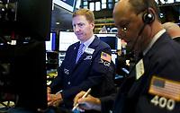 JLX01 NUEVA YORK (ESTADOS UNIDOS), 13/07/2017.- Agentes de cambio y Bolsa trabajan durante la apertura del parqué neoyorquino en Estados Unidos hoy 13 de julio de 2017. Wall Street abrió hoy al alza y el Dow Jones de Industriales, su principal indicador, avanzaba 0,08 % y continuaba en máximos históricos pendientes de la Reserva Federal y a la espera de conocer mañana los resultados de los grandes bancos. EFE/Justin Lane
