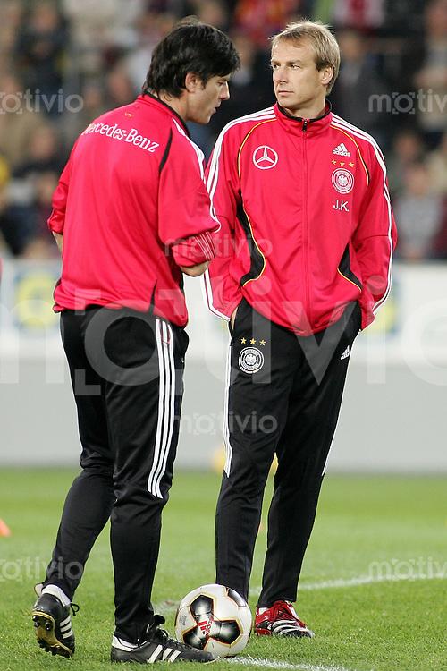 Fussball Deutsche Nationalmannschaft Training in Koeln Bundestrainer Juergen Klinsmann (li) und Assistenztrainer Joachim Loew