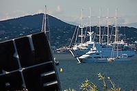 Europe/France/Provence -Alpes-Cote d'Azur/83/Var/Gassin: Enseigne de l' Hôtel Kube,et le Golfe de Saint-Tropez et ses Yachts