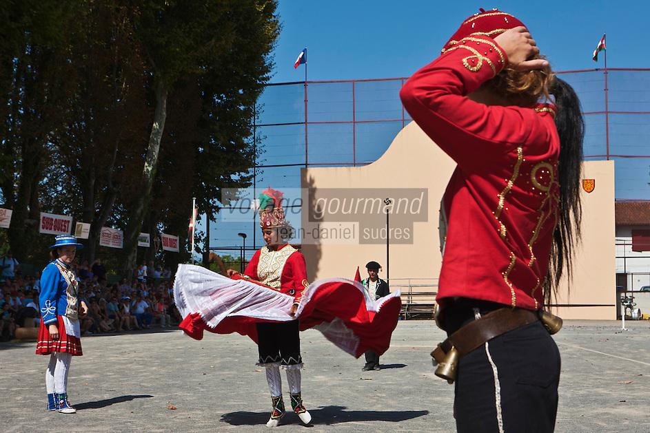 Europe/France/Aquitaine/64/Pyrénées-Atlantiques/Pays-Basque/Saint-Palais:Lors du  Festival de force basque, Danse folklorique Souletines [Non destiné à un usage publicitaire - Not intended for an advertising use]