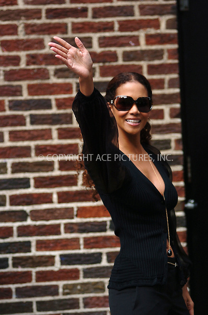 WWW.ACEPIXS.COM . . . . . ....July 2006, New York City. ....NY Candids: Halle Berry ....Please byline: ALI GOLDSTEIN - ACEPIXS.COM.. . . . . . ..Ace Pictures, Inc:  ..(212) 243-8787 or (646) 769 0430..e-mail: info@acepixs.com..web: http://www.acepixs.com