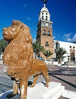Spanien, Kanarische Inseln, Lanzarote, Teguise: Placa de la Constitution, Kirche San Miguel | Spain, Canary Island, Lanzarote, Teguise: Placa de la Constitution, church San Miguel