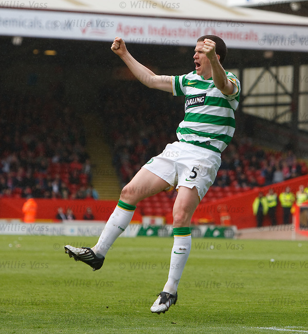 Gary Caldwell runs off to celebrate Celtic's equaliser