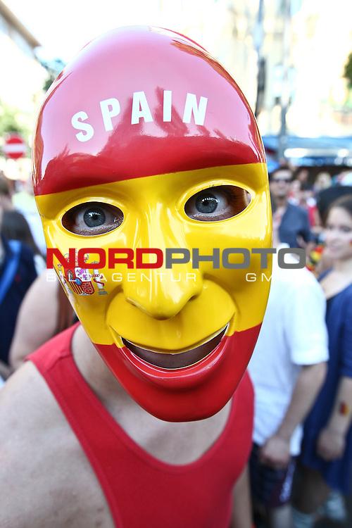 03.07.2010,  Muenchen, GER, FIFA Worldcup, Puplic Viewing Argentinien vs Deutschland,  im Bild Fan mit Spanienmaske, Foto: nph /  Straubmeier