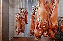29/09/05 - BOURBON L ARCHAMBAULT - ALLIER - FRANCE - SICABA. Societe d Interet Collectif Agricole de Bourbon l Archambault. Abattage, decoupe, conditionnement et commercialisation de viande de bovin, d ovin et de porc. Carcasses de moutons - Photo Jerome CHABANNE