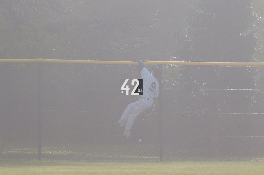 24 October 2010: Yohann Bret of Rouen fails to catch the ball at the wall,in the fog, preventing a solo home run by Tim Stewart of Savigny during Savigny 8-7 win (in 12 innings) over Rouen, during game 3 of the French championship finals, in Rouen, France.