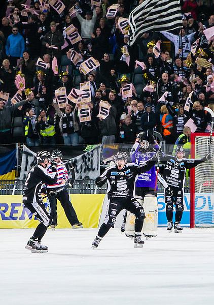 Solna 2014-03-16 Bandy SM-final herrar Sandvikens AIK - V&auml;ster&aring;s SK :  <br /> Sandvikens spelare jublar efter slutsignalen samtidigt som Sandvikens supportrar h&aring;ller upp skyltar p&aring; l&auml;ktaren<br /> (Foto: Kenta J&ouml;nsson) Nyckelord:  SM SM-final final herr herrar VSK V&auml;ster&aring;s SAIK Sandviken  jubel gl&auml;dje lycka glad happy jubel gl&auml;dje lycka glad happy supporter fans publik supporters
