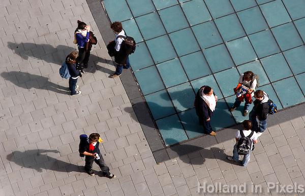 Jongeren lopen op straat