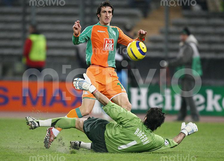 FUSSBALL Champions League 2005/2006 Achtelfinal Rueckspiel Juventus Turin - SV Werder Bremen Johan Micoud (SV W,hinten) erzielt das 0-1 gegen Gianluigi Buffon (Juve)