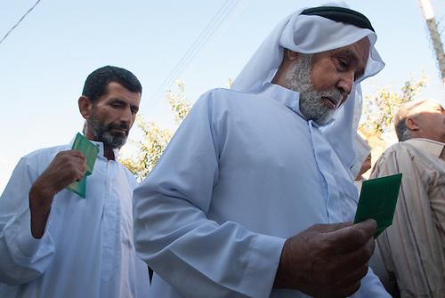 Betlehem, Palestine, Aout 2009. Un vendredi pendant le mois de ramandan. Seules les femmes de plus de 45 ans et les hommes de plus de 50 sont autorisés à passer les check points vers Jérusalem. La surveillance au checkpoint est rehaussee d'un cran tandis que des milliers de pelerins de toute la cisjordanie vont tenter de rejoindre la mosquee Al Aqsa pour la priere du vendredi.